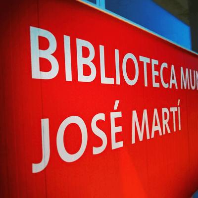 biblioteca en el barrio www.elhombredelosdosombligos.com