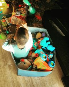 con los juguetes www.wlhombredelosdosombligos.com